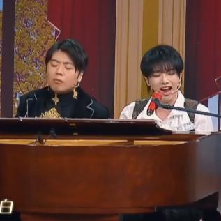 华晨宇、郎朗《好想爱这个世界啊》双手整合弹唱伴奏钢琴谱