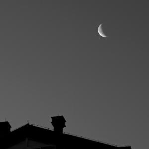 《半个月亮爬上来》简单版钢琴谱